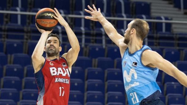 Rafa Martínez lanza ante la atenta mirada de Alex Brown. Vía: Mxi Manresa