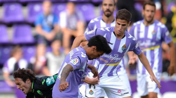 Baena trata de hacerse con el balón ante una maraña de jugadores del Valladolid |Foto: La Liga