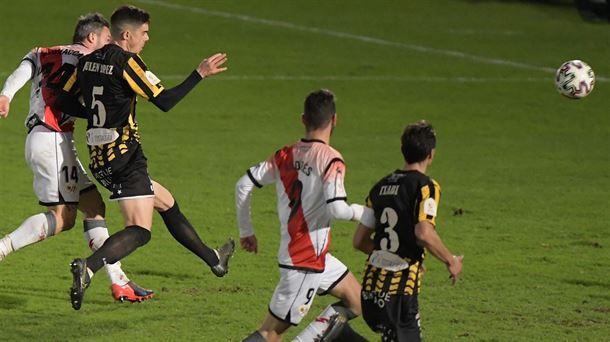 Los jugadores del Barakaldo y del Eibar pugnan por un balón vía Barakaldo CF