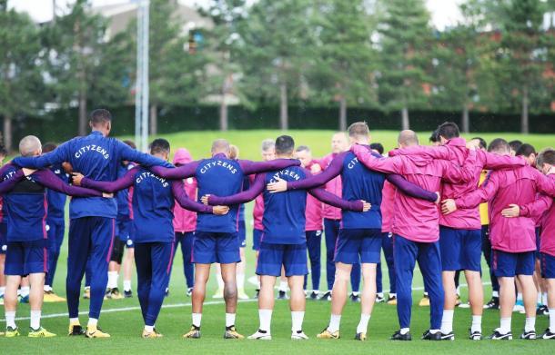 Minuto di raccoglimento del Manchester City, durante l'allenamento, in ricordo delle vittime dell'attentato di Barcellona. | Fonte: twitter.com/ManCity