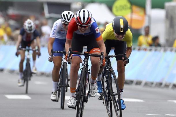 Al fondo Abbott ve como Van der Breggen se va a llevar el oro | Foto: Rio2016