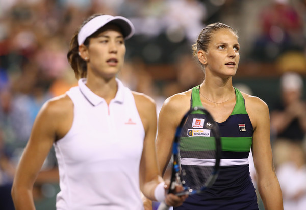 Both players meet at the net after the encounter   Photo: Clive Brunskill/Getty Images North America