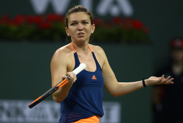 Simona Halep was asking herself questions as she could not hold onto her service games in the first set | Photo: Clive Brunskill/Getty Images North America
