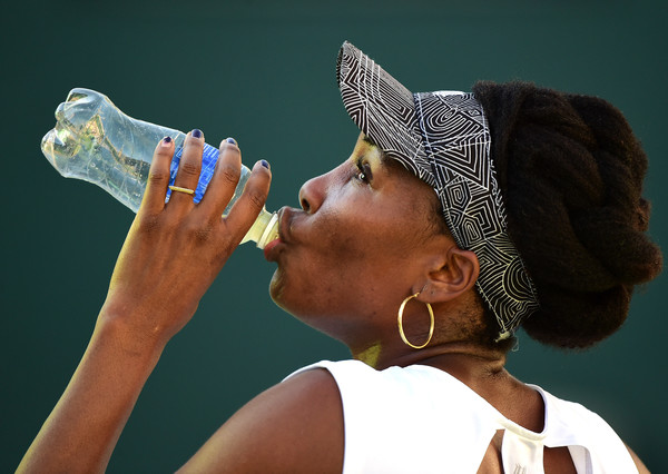 Venus Williams drinks from her bottle during a changeover | Photo: Harry How/Getty Images North America