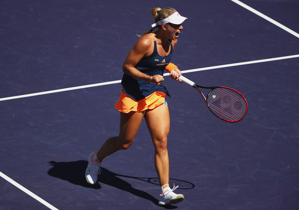 Angelique Kerber celebrates winning the first set | Photo: Clive Brunskill/Getty Images North America