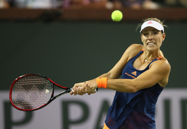 Angelique Kerber hits a backhand | Photo: Clive Brunskill/Getty Images North America