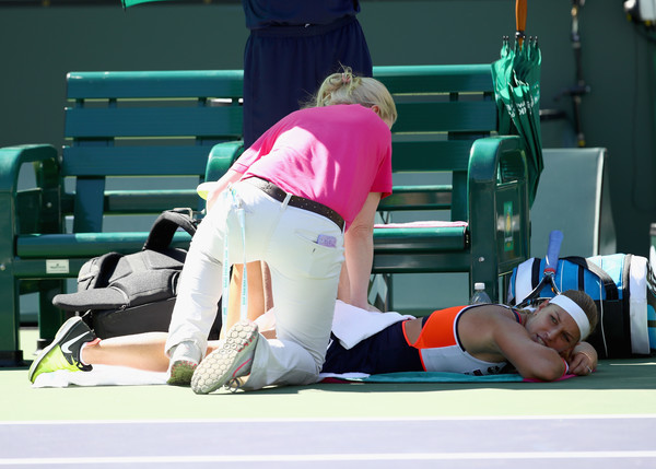 Dominika Cibulkova receives a medical time-out | Photo: Clive Brunskill/Getty Images North America