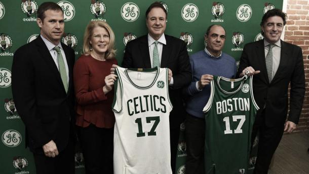 Foto del acuerdo entre ambas partes. (Foto fuente: The Boston Globe)