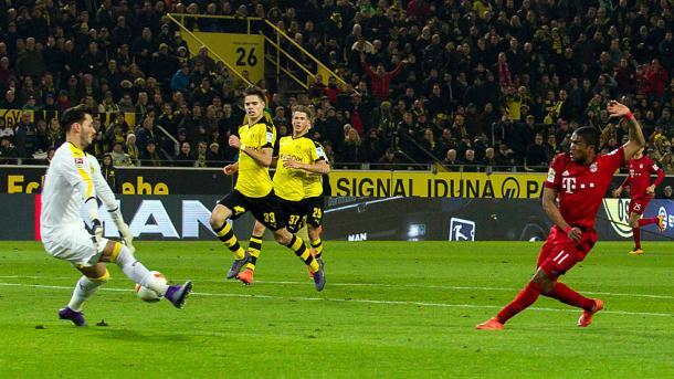 Douglas Costa le perdonó la vida al Dortmund en esta acicón. // (Foto de fcbayern.de)