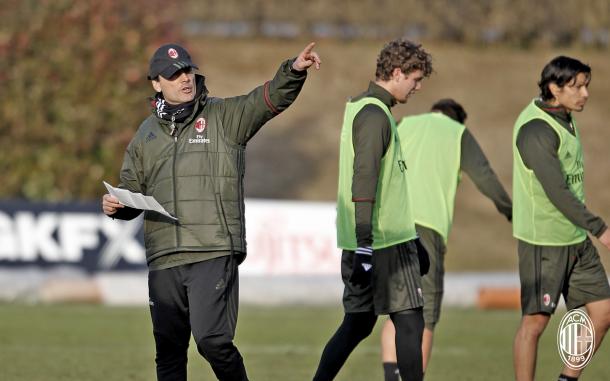 Montella dirige l'allenamento di ieri. Fonte foto: acmilan.com