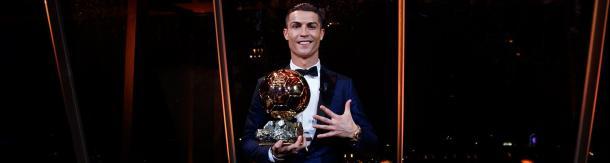 Ronaldo posa con el galardón | Realmadrid.com