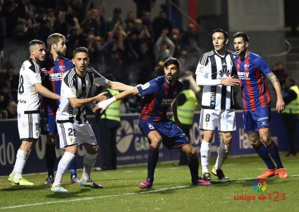 El Real Oviedo defiende una acción a balón parado.   Imagen: LaLiga