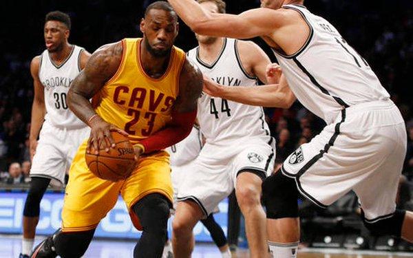 LeBron James, ante la defensa de Brooklyn. Foto: nba.com
