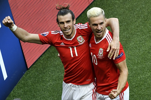 Bale and Ramsey celebrate Wales' winner | Photo: Philippe Lopez/AFP