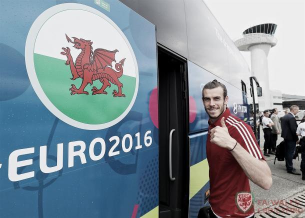 Gareth Bale llegando subiendo al autobús de Gales. Foto: FA Wales.