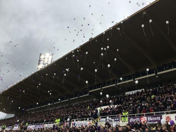 Torcida soltou balões brancos antes da partida (Foto: Divulgação/ACF Fiorentina)