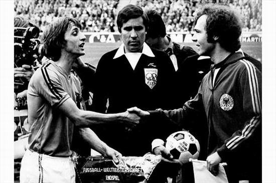 Cruyff en el sorteo de capitanes (1974). Fuente: NFF