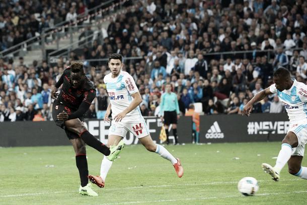 Balotelli anotando un gol ante el Marsella. Foto: Sitio oficial del Niza