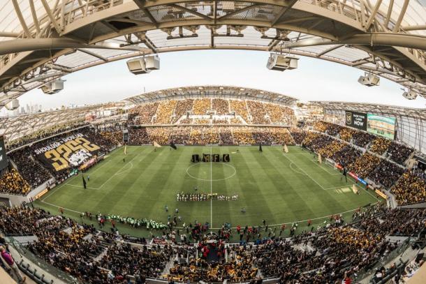 Banc of California Stadium en el inicio de un partido (soccerstadiumdigest.com)