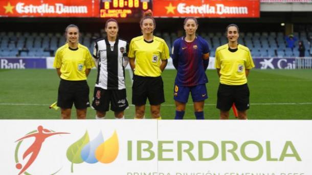 Foto del trío arbitral con las capitanas en el partido de la primera vuelta. Fuente: Liga Iberdrola.