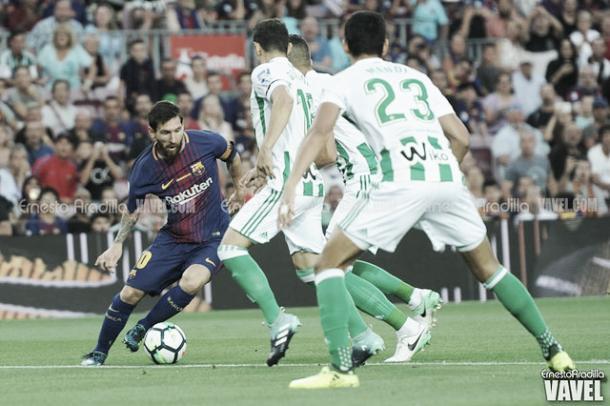 Messi buscando la ofensiva ante el Betis   Foto: Ernesto Aradilla - VAVEL