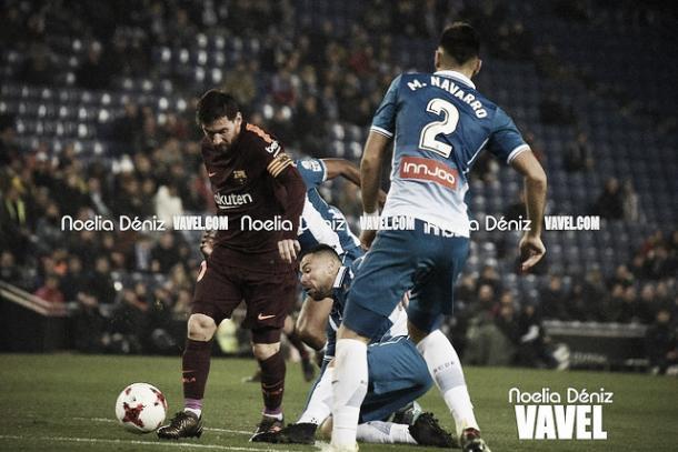Messi, deshaciéndose de la defensa perica | Foto: Noelia Déniz - VAVEL