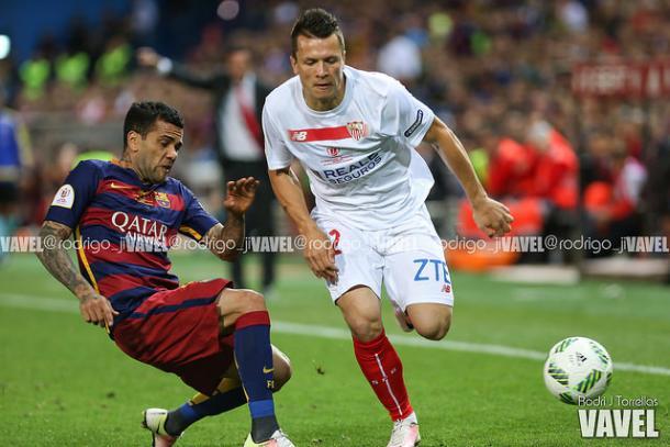 Alves y Konoplyanka en un lance de la final de Copa| Imagen: Rodrigo Torrellas (Vavel.com)