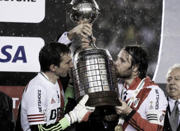 Los capitanes levantan la Copa Libertadores 2015. (Foto: web)