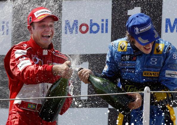 Barrichello (esq.) e Alonso (dir.) estiveram juntos no grid da F1 por dez temporadas (Foto: Fred Dufour/AFP/Getty Images)