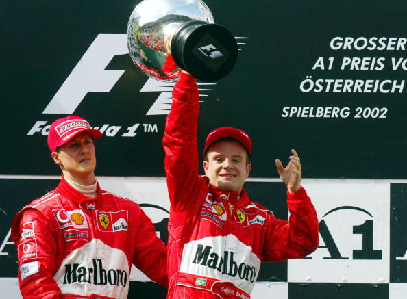 Schumacher cedeu o primeiro lugar no pódio e o troféu a Barrichello em 2002, mas não apagou a vergonha da Ferrari (Foto: Jean Pierre Müller/AFP/Getty Images)