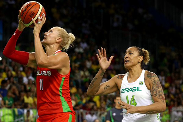 Yelena Luechanka of Belarus drives around Souza De of Brazil during their preliminary round game in the Rio Olympics/Photo: Patrick Smith/Getty Images