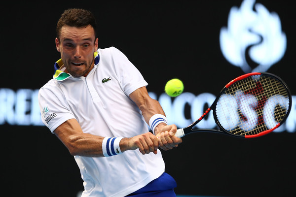 Roberto Bautista Agut hits a backhand during his round of 16 loss. Photo: Clive Brunskill/Getty Images