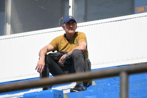 Edgardo Bauza observando el partido de la división reserva del Kily González.