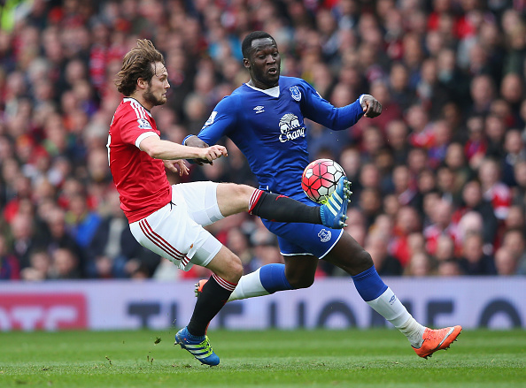 Blind beats Lukaku to the ball on Sunday | Photo: Alex Livesey/Getty Images