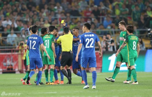Alex Teixeira recebe cartão após confusão no jogo contra o Beijing Guoan (Foto: Sina Sports)