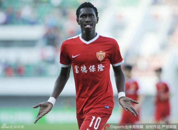 O serraleonês Bubacarr Trawally e deu trabalho à zaga do Liaoning (Foto: Sina Sports)