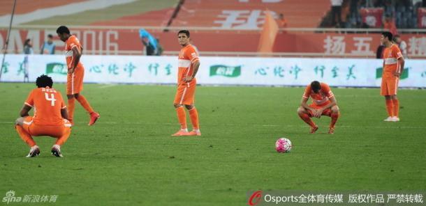 Jogadores do Shandong desolados após levarem a virada em casa para o Tianjin (Foto:Sina Sports)