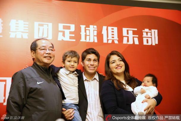 Darío Conca e família após o anúncio da renovação de seu contrato (Foto: Sina Sports)