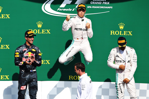 O pódio em Spa: Rosberg (centro), Ricciardo (dir.) e Hamilton (esq.) (Foto: Charles Coates/Getty Images)