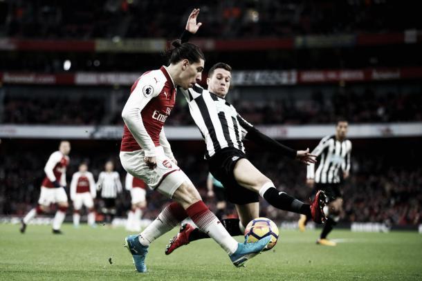 Bellerín tira el centro para Iwobi antes del gol. Foto: twitter.com/Arsenal