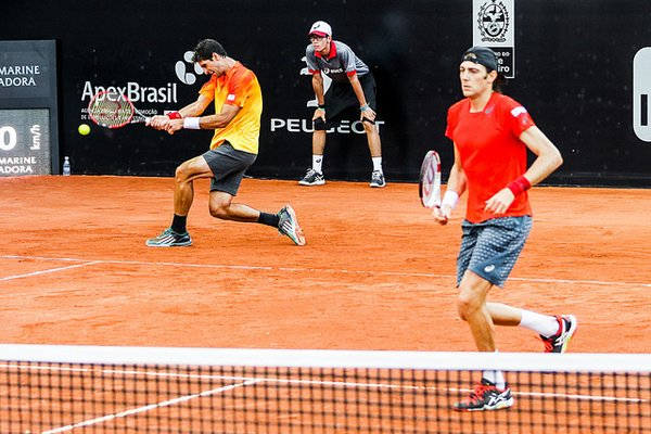 Thomaz Bellucci (left) nails a backhand as Marcelo Demoliner looks on (Photo: Rio Open)