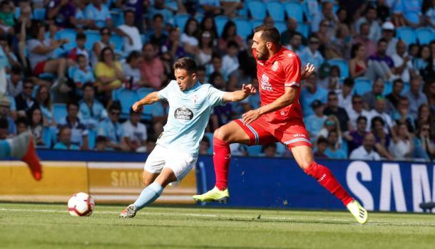 Fran Beltrán golpea el balón en un partido contra el Espanyol | Fotografía: R.C. Celta de Vigo