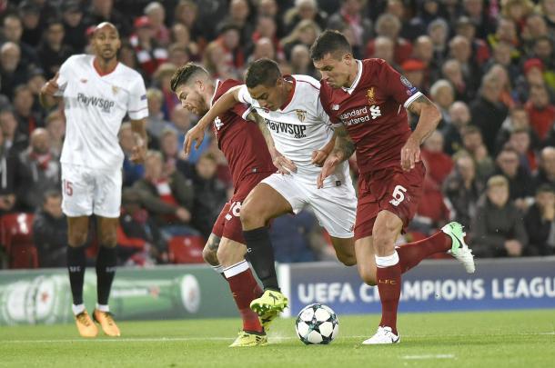 Ben Yedder disputando un balón | Foto: Sevilla FC