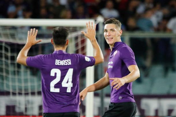 Milenkovic (atrás) abriu o placar em Florença (Foto: Divulgação/ACF Fiorentina)