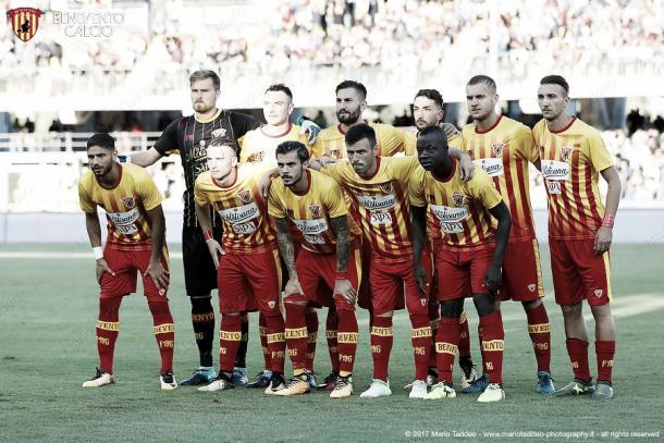 Once del Benevento posando sobre el césped | Foto: Benevento Calcio