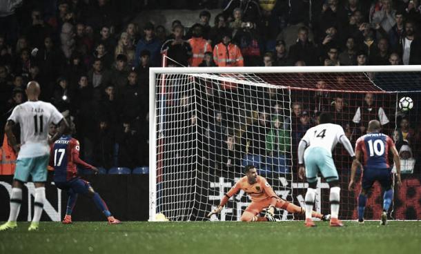 Benteke lo intentó pero no logró encontrar el gol en la tarde de este sábado. (Foto: Web Oficial)