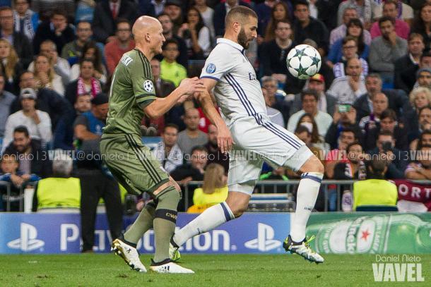 Benzema controla el esférico dentro del área ante un rival   Foto: Daniel Nieto - Vavel.com
