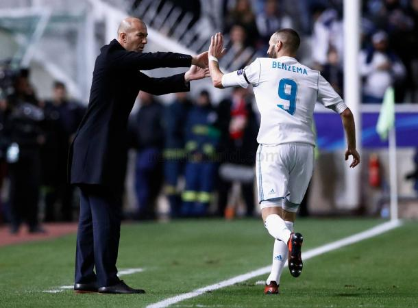 Benzema celebra con Zidane un gol ante al Apoel   Foto: Realmadrid.com