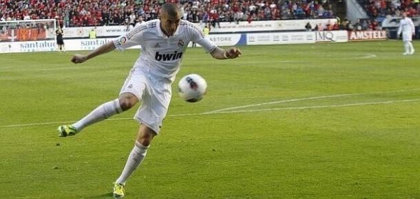 Benzema en el momento de anotar su gol ante Osasuna | Foto: Yahoo Sports