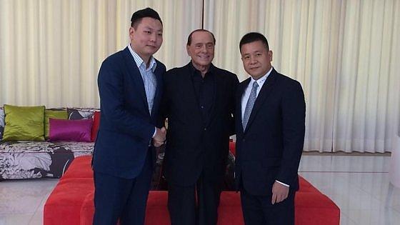 Berlusconi con Yonghong Li e Han Li, repubblica.it